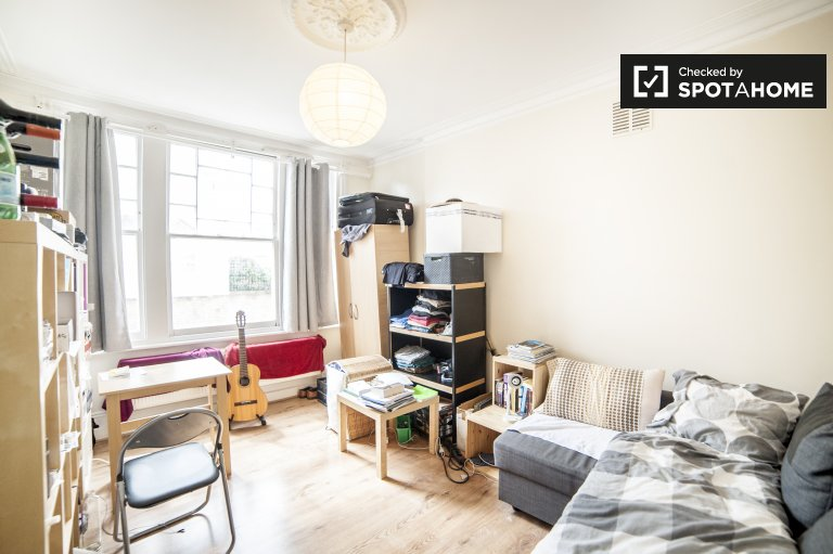 Luminous room in flat in Hammersmith, London