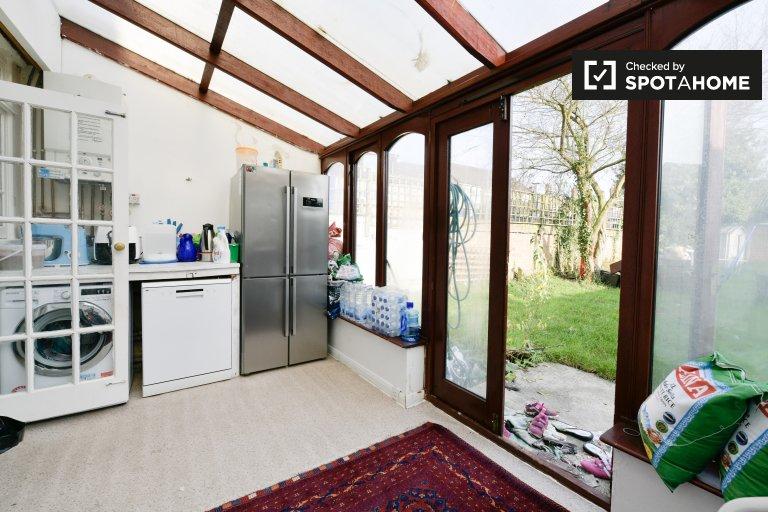 Bright 3-bedroom house to rent in Redbridge, London