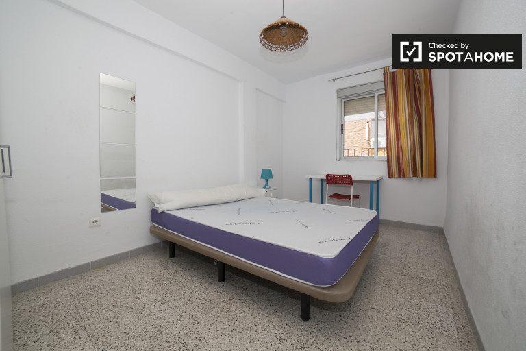 Double Bed in Rooms for rent in a 3-bedroom apartment in Triana