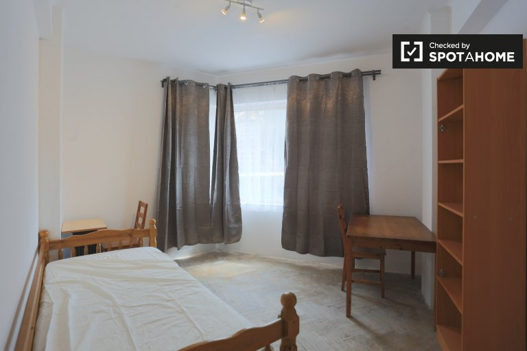 Quarto luminoso no apartamento com 3 quartos Forest, em Bruxelas