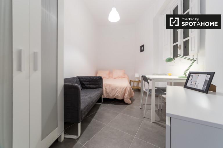 Double Bed in Rooms for rent in 5-bedroom apartment in Ruzafa area