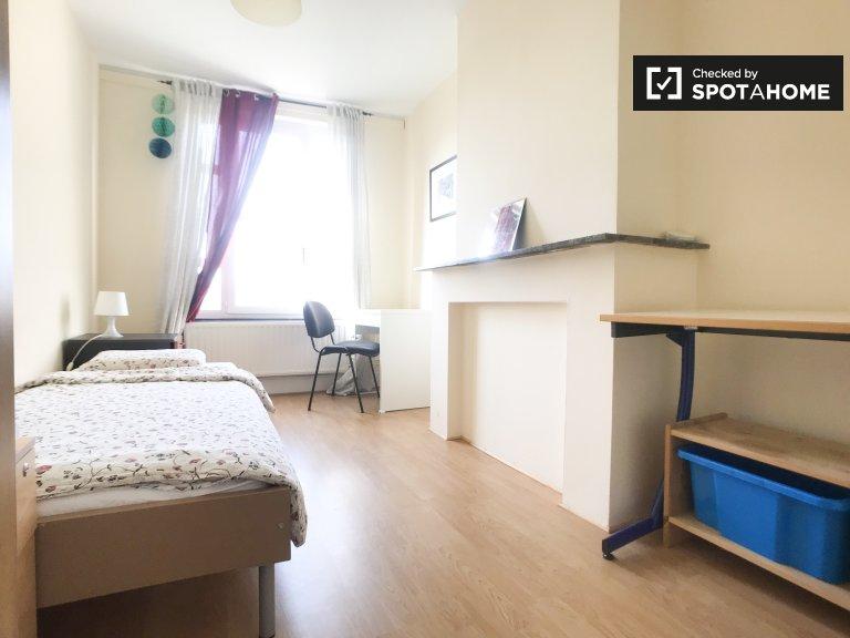 Büyük 17 odalı ev, Etterbeek, Brüksel'de Kiralık odalar