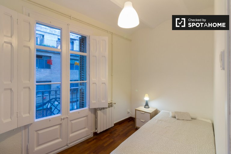 Room for rent in 5-bedroom apartment in Gràcia, Barcelona