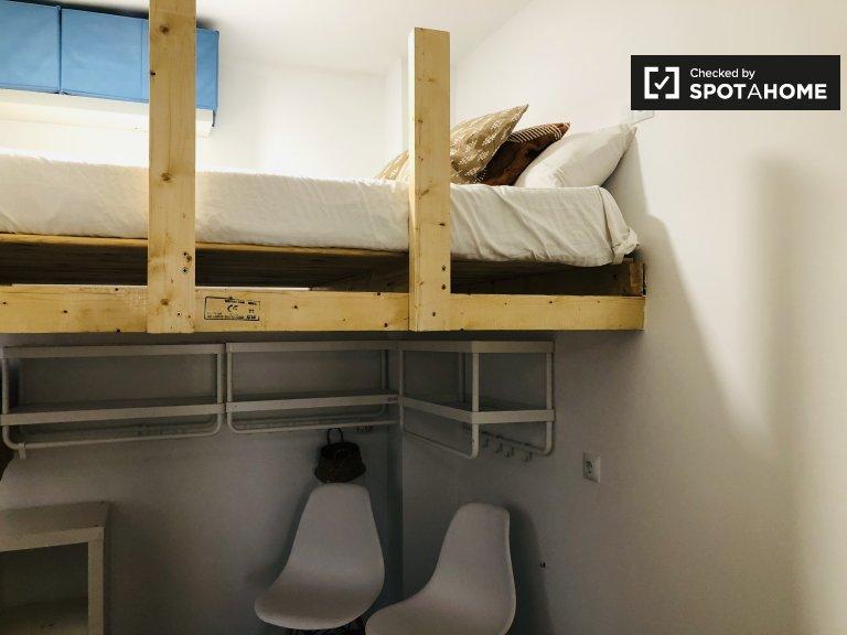Jasny pokój do wynajęcia, mieszkanie z 3 sypialniami, Puerta del Ángel