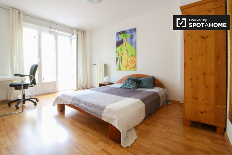 Double Bed in Large rooms to rent in light 2-bedroom apartment in modern Moabit