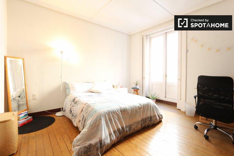 Spacious room in 4-bedroom apartment in Malasaña, Madrid