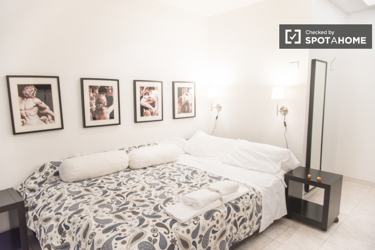 Double Bed in Renovated rooms in a 6 bedroom apartment in San Giovanni, bills and cleaning included