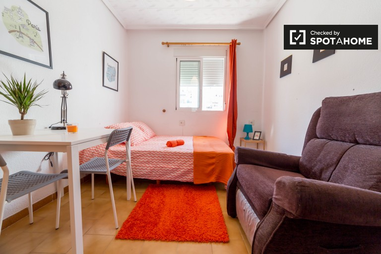 Double Bed in Rooms for rent in modern apartment in El Pla del Real area