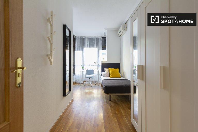 Bright room in 5-bedroom apartment in Delicias, Madrid