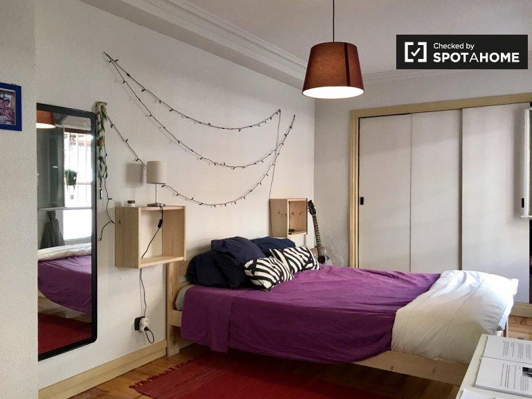 Amplia habitación en apartamento de 4 dormitorios en Ciudad Lineal.