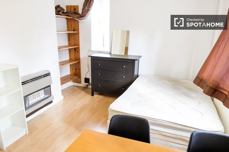 Double Bed in Spacious room to rent in a 3-bedroom flat in Southwark