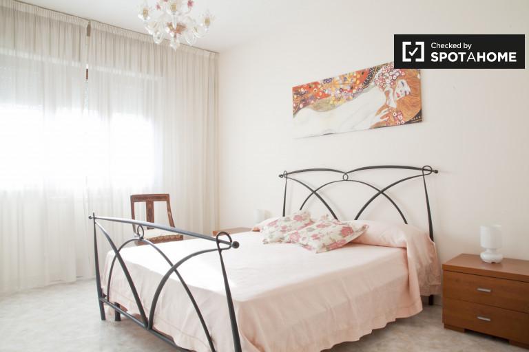 Chambre moderne dans un appartement partagé à Cassia-Giustiniana, Rome