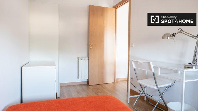 Room for rent in 3-bedroom apartment in Hortaleza, Madrid