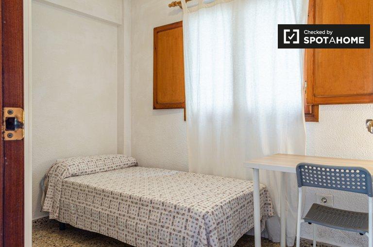 Valencia, Algirós'da 4 yatak odalı dairede rahat oda.