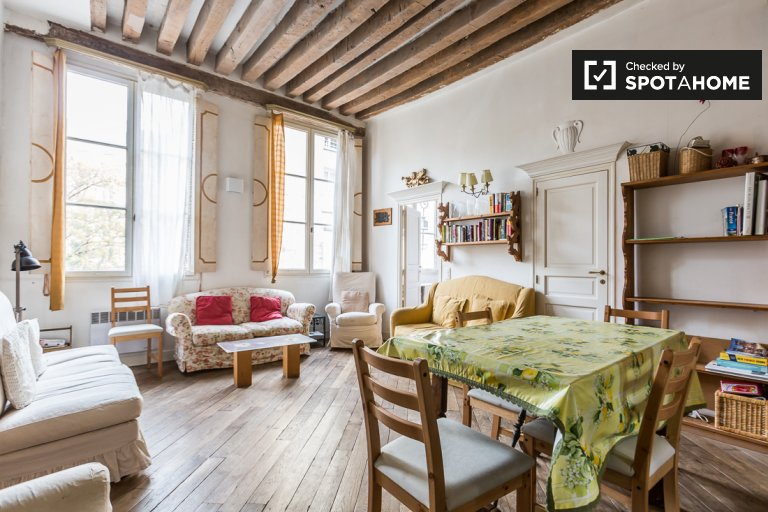 Elegant, historic 3-bedroom apartment for rent in Paris 4