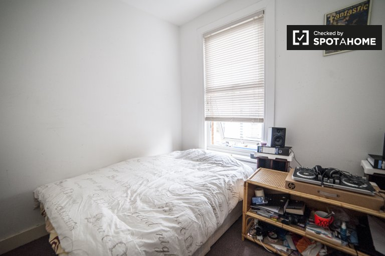 Double Bed in Rooms for rent in light 4-bedroom flat in Tooting
