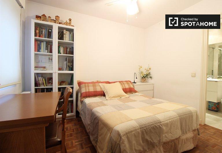 Przytulny pokój w apartamencie z 3 sypialniami w Hortaleza w Madrycie