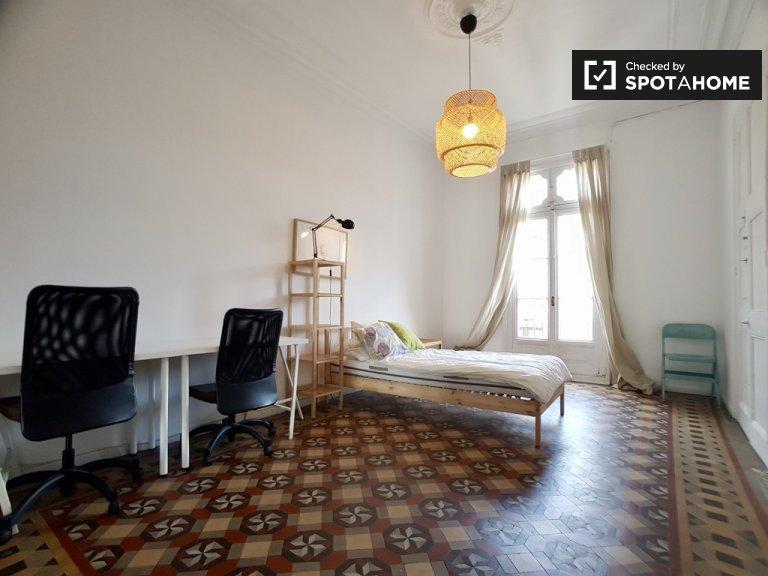 Large room in 7-bedroom apartment, Barrio Gotico