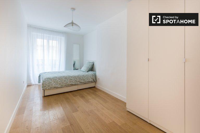Room en-suite 7-bedroom apartment 9th arrondissement Paris