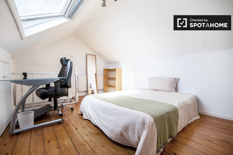 Double Bed in Rooms for rent in bright 2-bedroom house in Chiswick