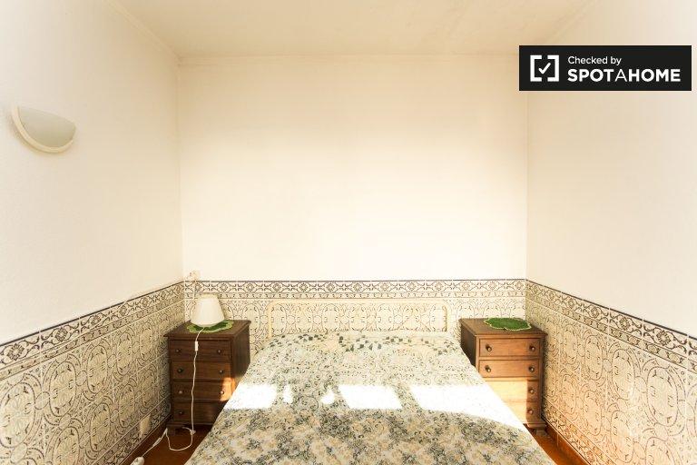 Parede'de 3 yatak odalı dairede rahat oda