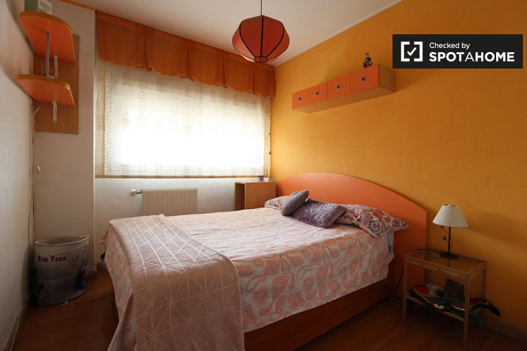 Furnished room in 4-bedroom apartment in Usera, Madrid