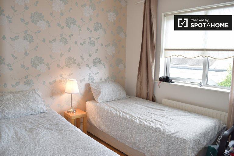 Tidy room in 4-bedroom house in Blanchardstown, Dublin