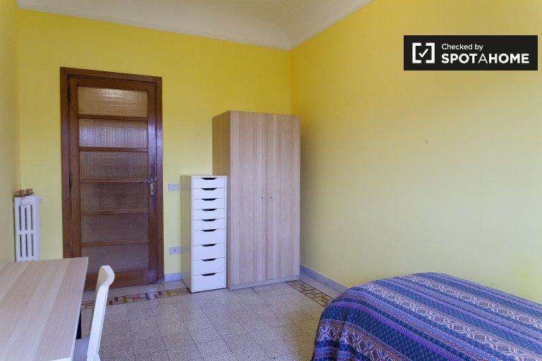 Camera colorata in appartamento con 3 camere da letto in Centro Storico