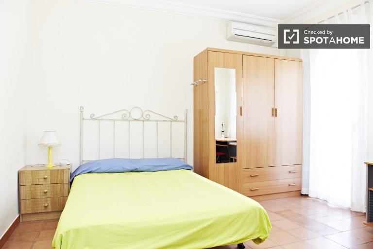 Room in 4-bedroom apartment in Sants-Montjuic, Barcelona