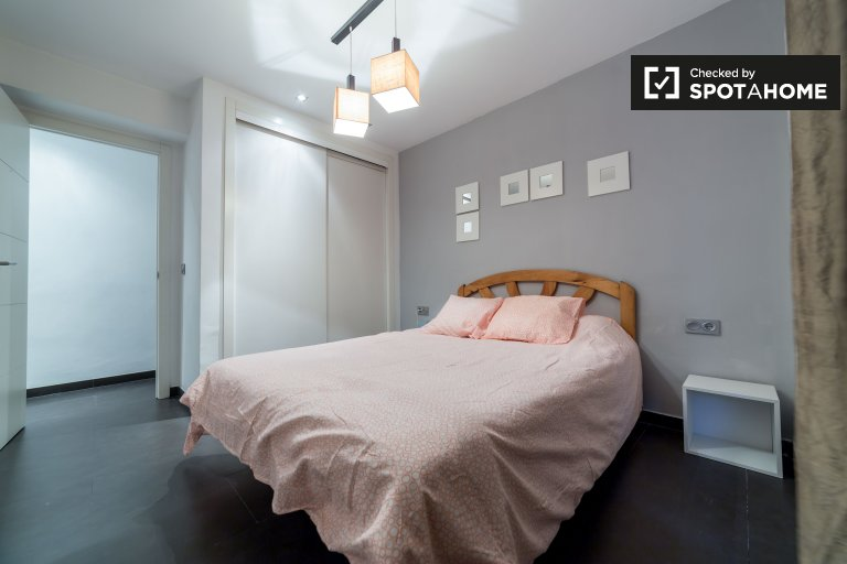 Double Bed in Rooms for rent in stylish 3-bedroom apartment with AC in Algiros