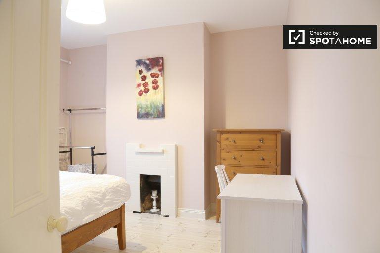 Double Bed in Rooms for rent in 5-bedroom house in Chapelizod