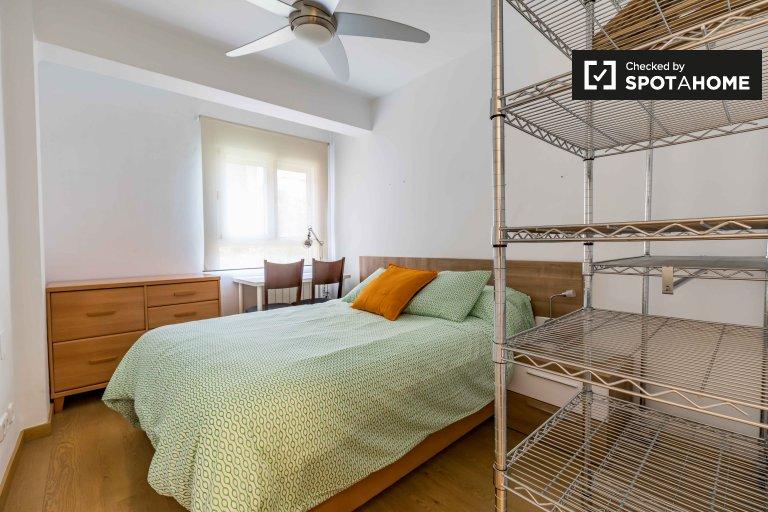 Duży pokój w apartamencie z 4 sypialniami w Rascanya w Walencji