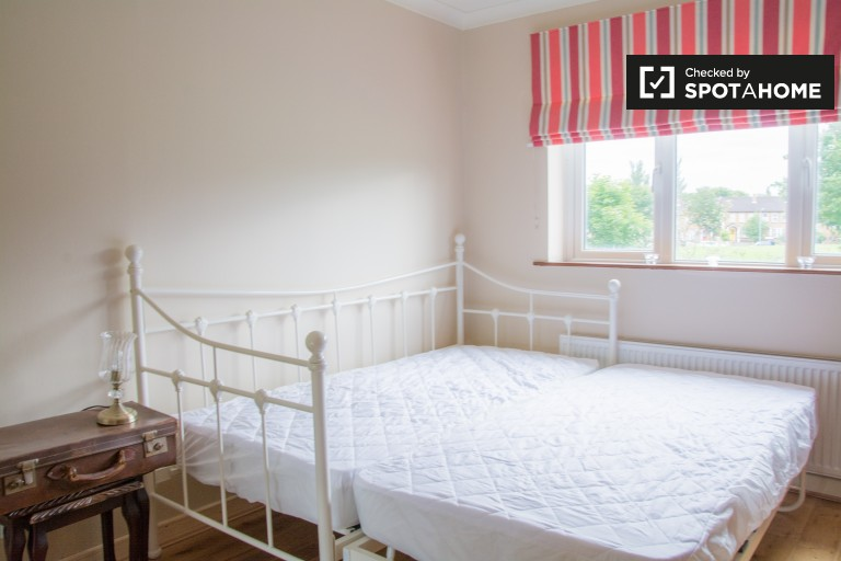 Double Bed in Rooms to rent to women only in beautiful 3-bedroom house in Castleknock