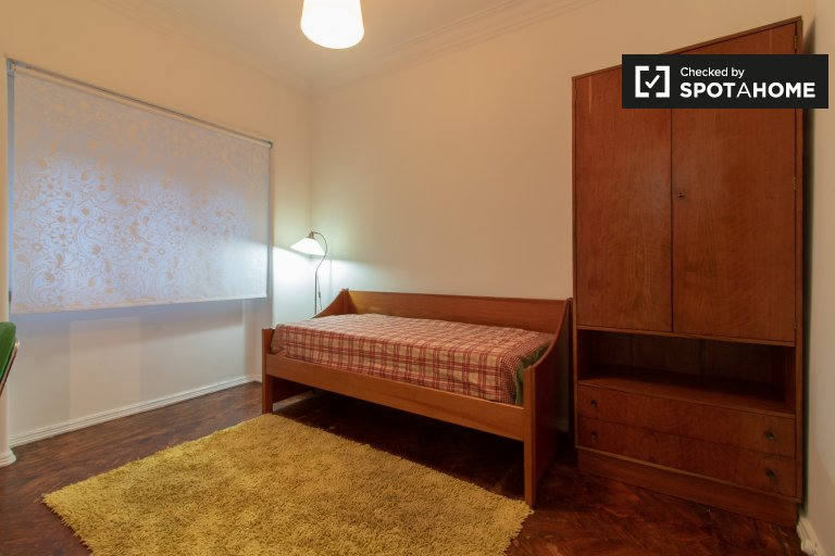 Comfortable room for rent, 3-bedroom apartment, Lisbon