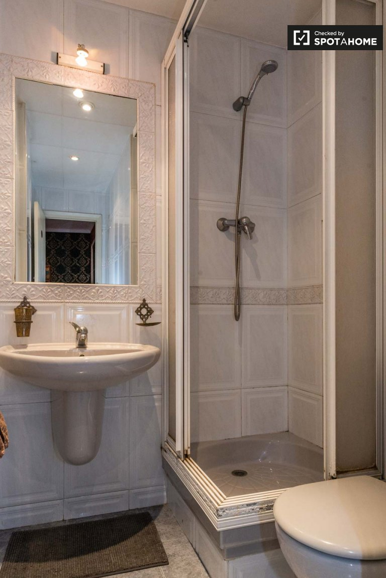 Ordentliches Zimmer zur Miete in einem Apartment mit 2 Schlafzimmern in Sants, Barcelona