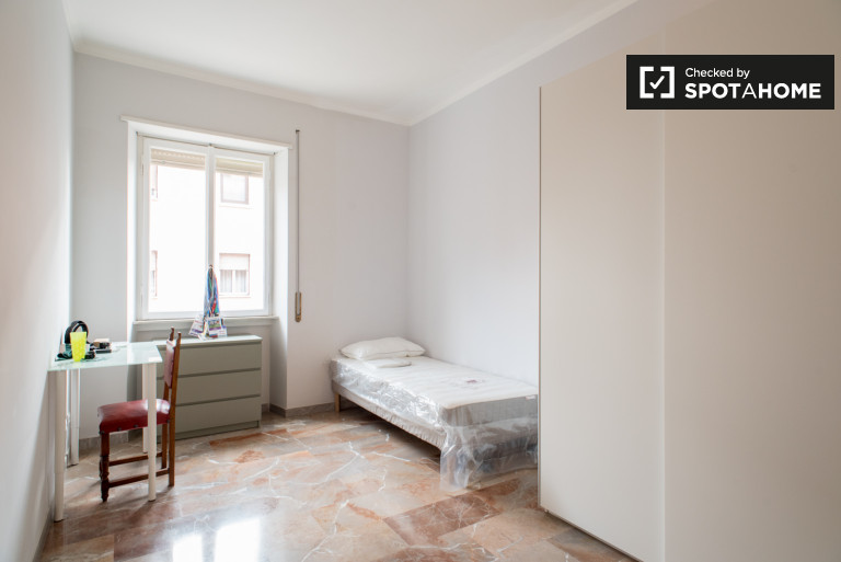 Modern room in 5-bedroom apartment in Appio Latino, Rome