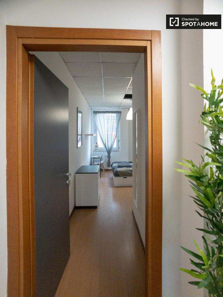 Espaçoso quarto para alugar em apartamento de 12 quartos em Bicocca