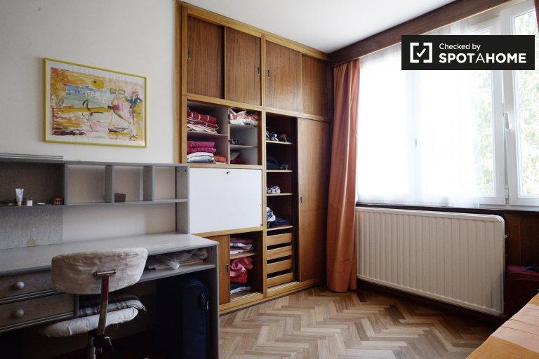 Quarto para alugar em apartamento de 3 quartos em Woluwe Saint Pierre