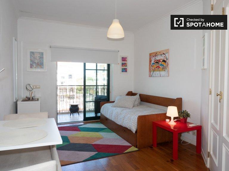 Przytulny pokój w apartamencie z 2 sypialniami w Bairro da Torre, Lizbona