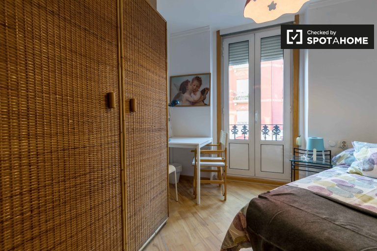 Room for rent in 5-bedroom apartment in L'Eixample