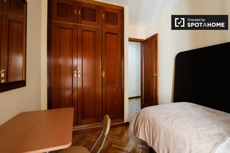 Bright room in 3-bedroom apartment in Usera, Madrid