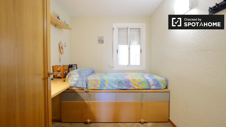 Furnished room for rent in 4-bedroom apartment in Le Corts