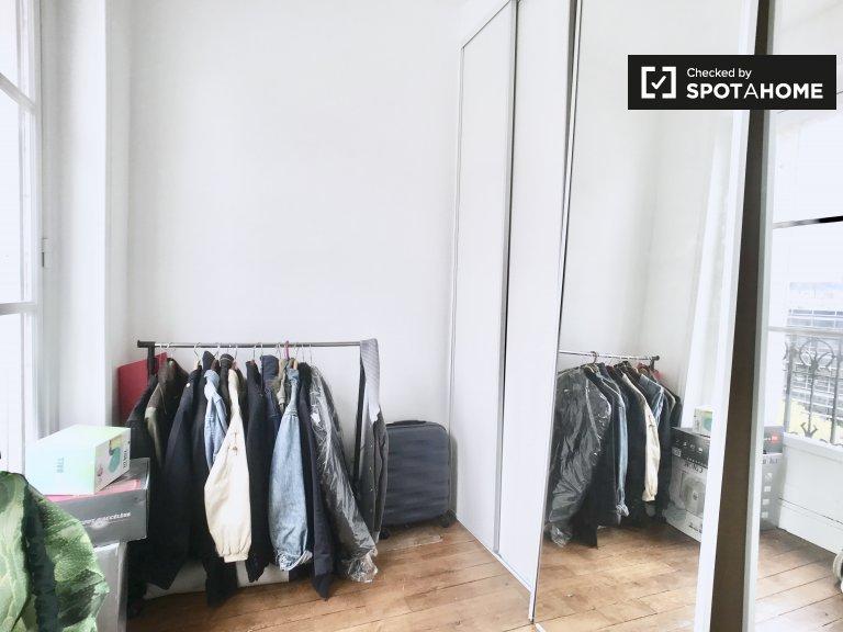 Einladendes Zimmer in einer Wohnung in Vaugirard, Paris