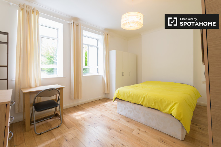Hammersmith, Londra'da 4 yatak odalı dairede kiralık oda