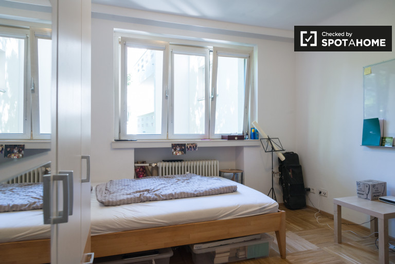 Double Bed in spacious rooms for rent near U-Bahn in Döbling, Vienna 19