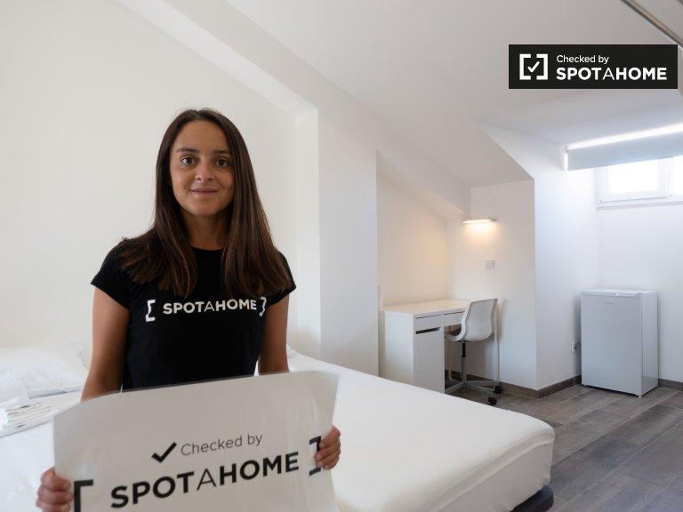 Pokój w apartamencie z 4 sypialniami w Campo Pequeno, Lizbona