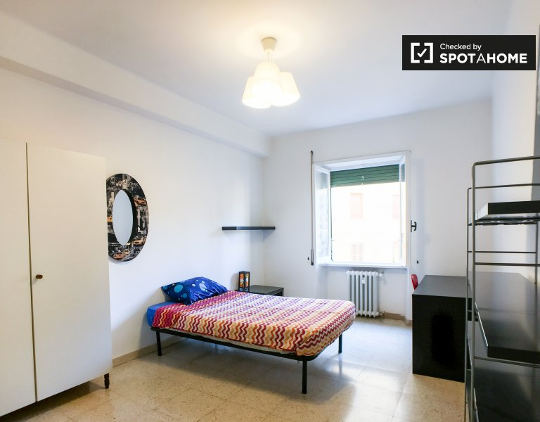 Bright room for rent in 2-bedroom apartment in Treiste, Rome