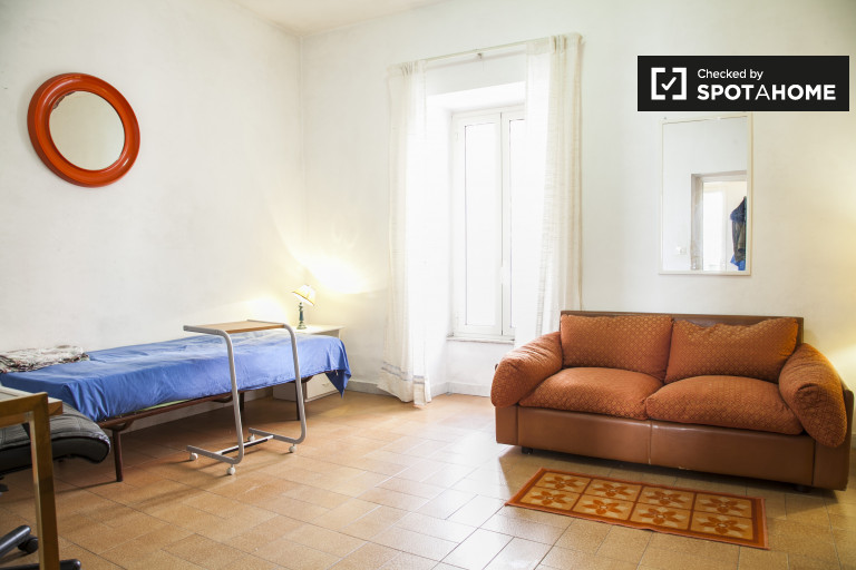 Single room in 2-bedroom apartment in Trionfale, Rome