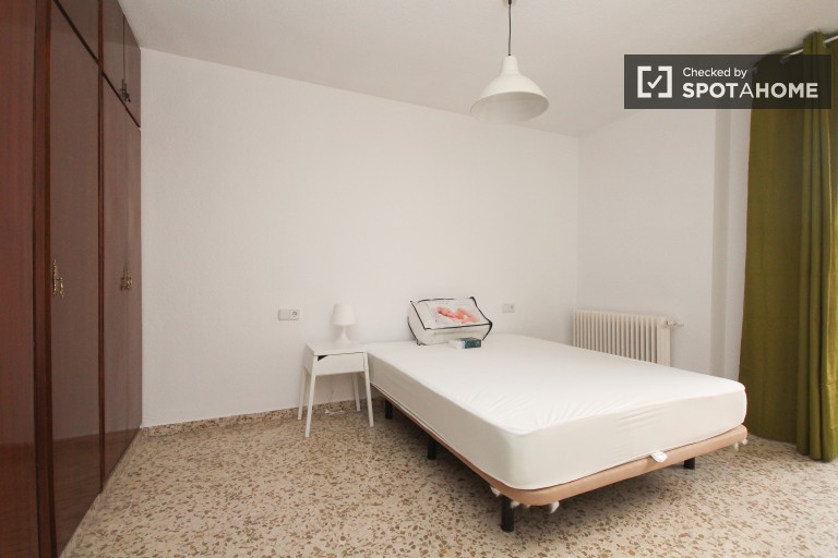 Double Bed in 5 rooms available in large apartment near University of Granada in Ronda