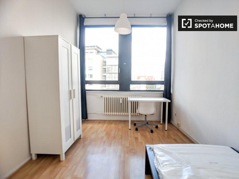 Pokój do wynajęcia w jasnym apartamencie z 3 sypialniami w Berlinie